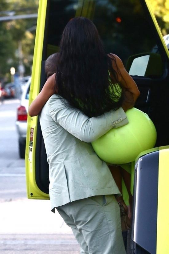 Kanye West giúp vợ lên xe bằng cách bế lên.
