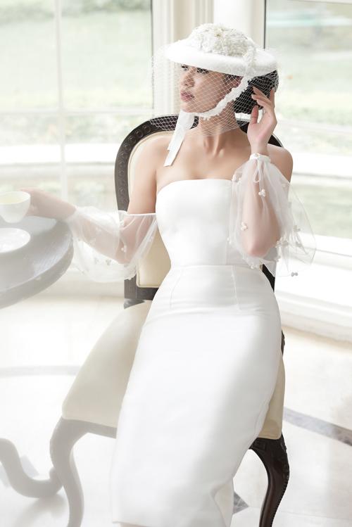 Những mẫu váy mới nhất của thương hiệu Audrey Nguyen sẽ phù hợp với những cô nàng theo đuổi phong cách nhẹ nhàng, đơn giản nhưng vẫn muốn có sự tinh tế vàsang trọng.Váy quây cúp ngực dáng ngắn được chiết eo khéo léo làm tôn lên vẻ đẹp quyến rũ, thanh lịch của nàng dâu.