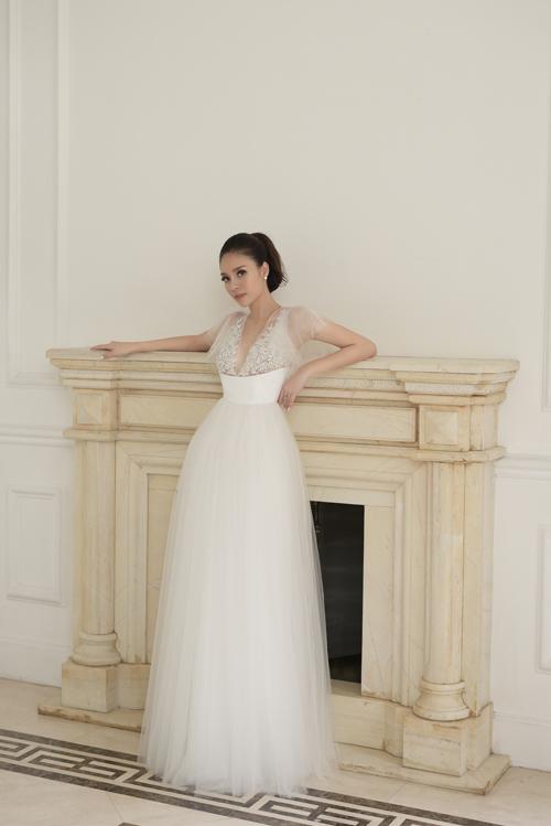Thân trên của váy được đính hạt, thêu ren nổi tinh tế và thân dưới được tạo thành từ nhiều lớp voan mỏng xếp xen kẽ, tạo độ thướt tha, mềm mại.