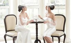 Váy cưới tối giản lấy cảm hứng từ thời trang thập niên 1960