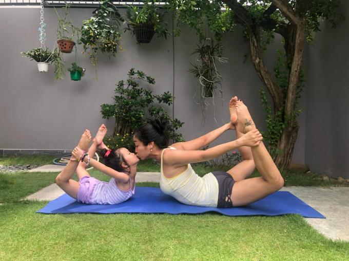 Ốc Thanh Vân cùng con gái tập yoga tại nhà.Cô tâm sự: Phải khoẻ mạnh để làm việc và lo cho các con, lo cho nhữngngười mình thương yêu.Có người cùng đam mê thật sự hạnh phúc. Cám ơn con gái Linh Đan.