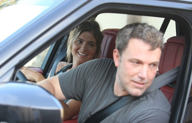 Ben Affleck và người đẹp Shauna Sexton liên tục gặp gỡ vào tuần qua. Sau khi đi ăn tối hôm thứ 5 tại nhà hàng ở Malibu, hai người lại đi chơi vào trưa chủ nhật.