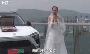 Bạn gái mang vali tiền cầu hôn trên cầu kính, chàng trai bỏ chạy vì sợ độ cao