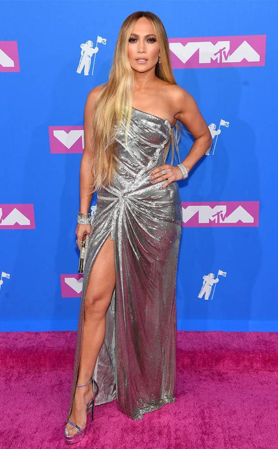 Ca sĩ Jennifer Lopez diện đầm ánh bạc quyến rũ.