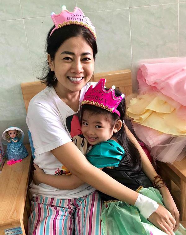 Mai Phương lần đầu được gặp con từ khi nhập viện điều trị ung thư phổi. Trước đó cô không muốn người nhà đưa bé vào thăm mẹ vì sợ con gái thấy mình đau ốm.