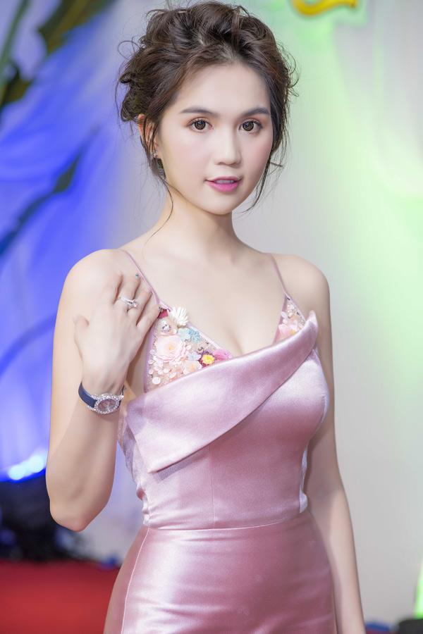Ngọc Trinh là khách mời trong buổi ra mắt sưu tập thời trang mới tại Hà Nội. Cô mặc gợi cảm, khoe bông tai, nhẫn và đồng hồ nạm kim cương lấp lánh.