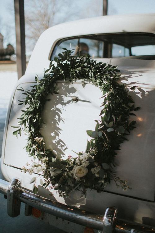 10. Vòng hoa tròn là kiểu trang trí cổ điển, vượt thời gian dành cho xe hoa.