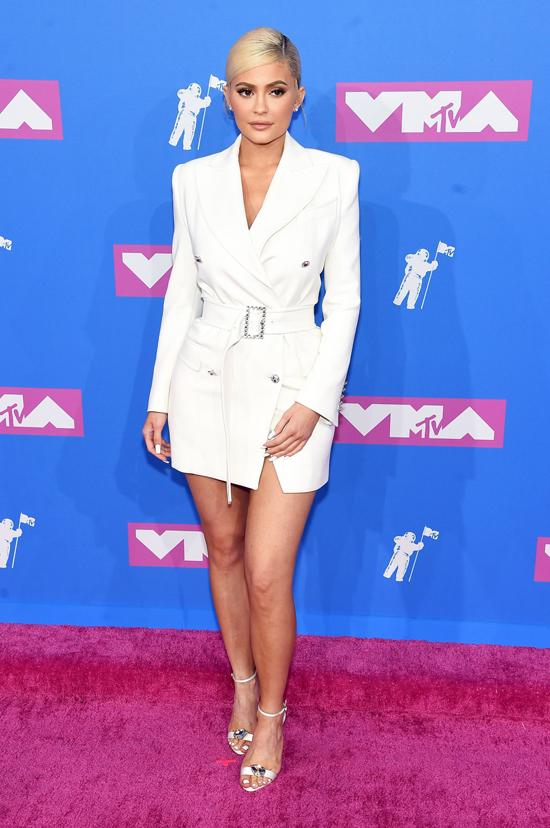 Người mẫu Kylie Jenner mặc mốt giấu quần.