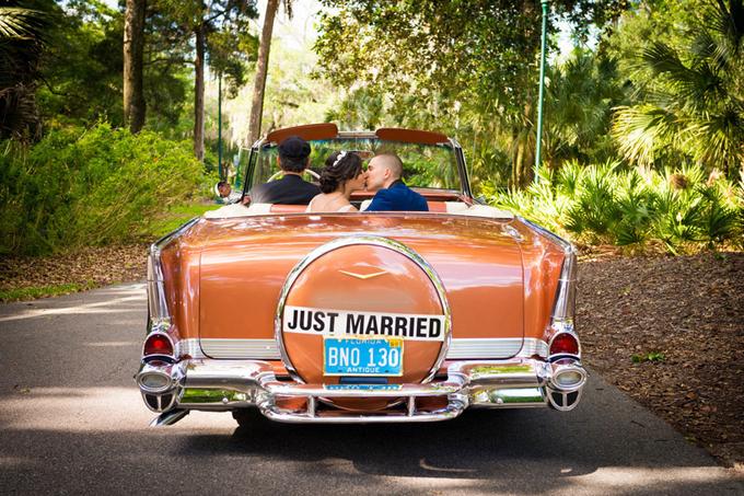 11. Sticker dán với dòng chữ Just Married (mới cưới) sẽ là một ý tưởng trang trí phù hợp cho đám cưới theo đuổi phong cách tối giản.