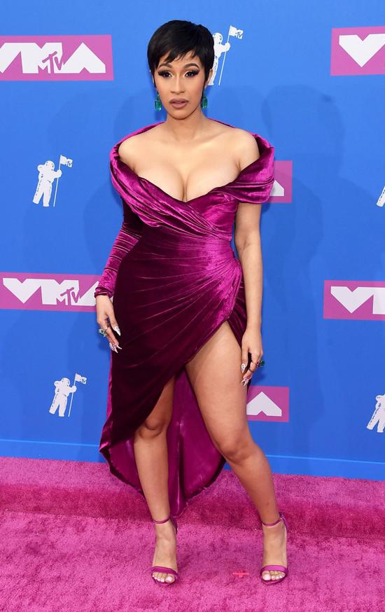 Nữ rapper Cardi B tái xuất chỉ sau một tháng sinh con đầu lòng.