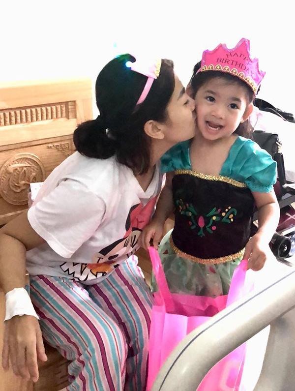 Cống chúa nhỏ của Mai Phương tròn 5 tuổi vào ngày 21/8. Những ngày qua khi nữ diễn viên nằm viện, con gái cô được một người quen chăm sóc và tạm thời phải nghỉ học.