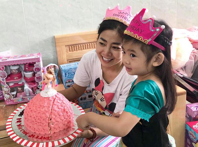 Những nghệ sĩ thân thiết với Mai Phương như Ốc Thanh Vân, Á hậu Trịnh Kim Chi giúp cô chuẩn bị bánh kem, quà sinh nhật cho bé Lavie.