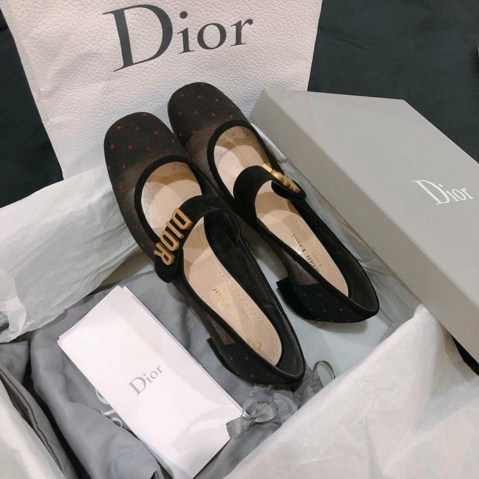 Người đẹp được một người bạn tặng đôi giày Dior mà cô yêu thích nhân dịp sắp đến sinh nhật.