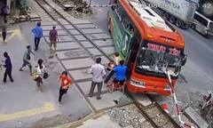 Xe khách lao vào chắn tàu, hành khách vội chạy thoát thân