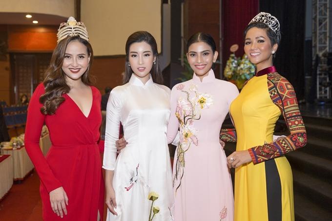 Từ trái qua: Hoa hậu Hoàn cầu 2017 - Khánh Ngân, Hoa hậu Việt Nam 2016 Đỗ Mỹ Linh, Á hậu Trương Thị May và Hoa hậu HHen Niê khoe sắc bên nhau.