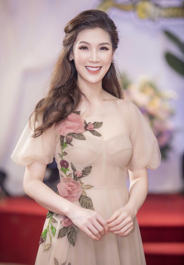 Hoa hậu Áo dài 2018 Phí Thùy Linh xinh tươi với váy đính hoa hồng nổi.