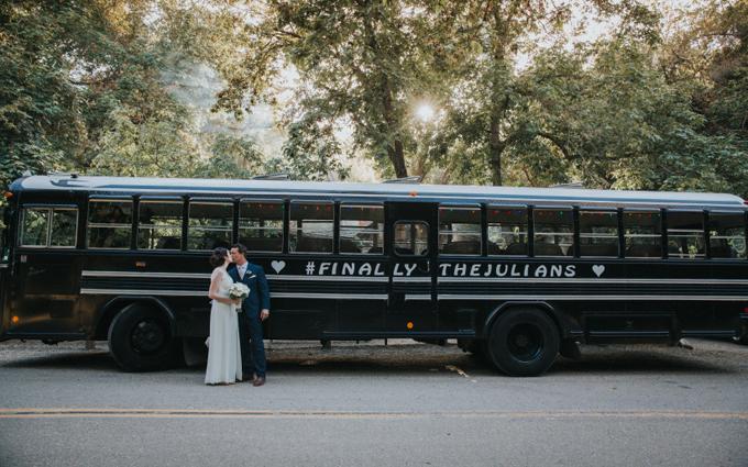 6. Dòng hashtag có tên hai vợ chồng ởtrên thân xe sẽ giúp khách mời nhận ra đâu là chiếc xevận chuyển họ trong ngày cưới. Bạn nên sử dụng các loại sơn hoặc mực tạm thờiđể trả lại vẻ ngoài như cũ cho chiếc xe sau khi đám cưới kết thúc.
