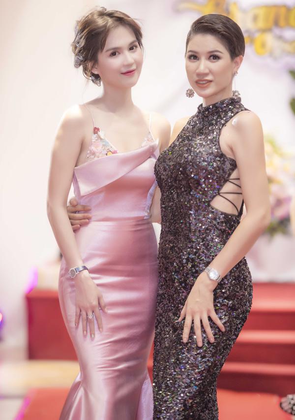 Gái một con Trang Trần đọ dáng chụp ảnh với Ngọc Trinh khi hội ngộ đàn em ở thủ đô.