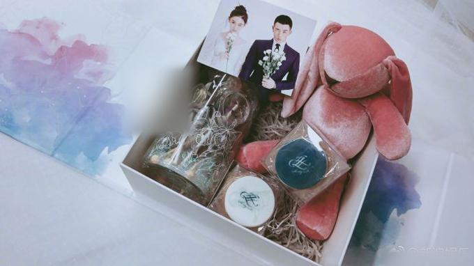 Món quà mà cặp sắp cưới gửi tặng báo chílà thỏ bông màu hồng, bánh in tên hai vợ chồng, kẹo mút, hộp sao nhỏ. Ảnh:Sina