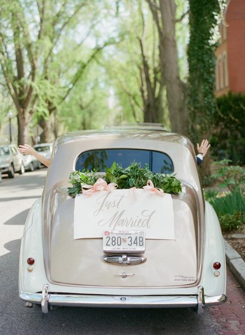 7. Bảng thông báo mới cưới và dải ruy băng hồng sẽ mang đến vẻ lãng mạn, hoài cổcho xe hoa của bạn.