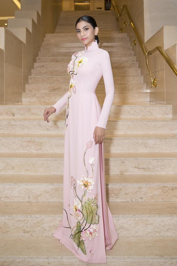 Trương Thị May diện áo dài được thêu những họa tiết cách điệu của nhà thiết kế Đinh Văn Thơ.