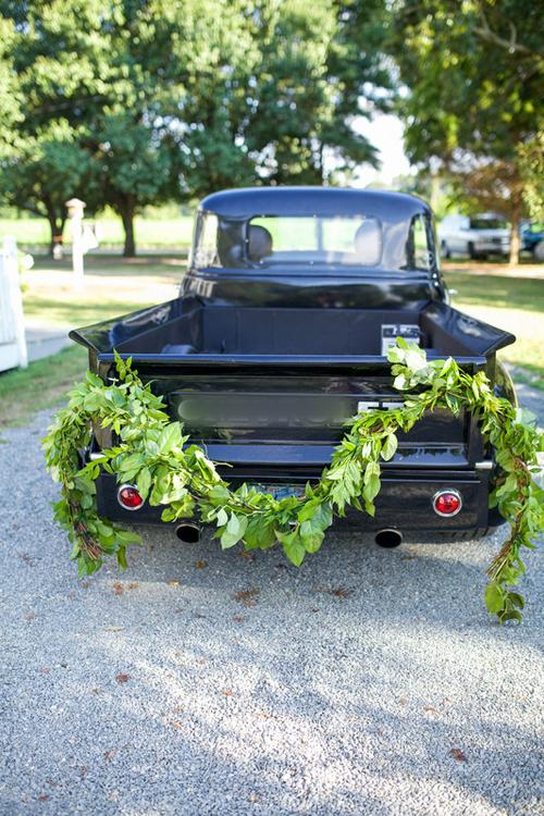 8. Dải lá cây sẽ giúp bạn thể hiện phong cách đám cưới rustic, boho hoặc cổ điển. Nhà cung cấp hoa tươi sẽ giúp bạn gắn lá cây vào đuôi xe sao cho chắc chắn và không rơi giữa dọc đường. Đồng thời, lá cây sẽ tươi lâu hơn là hoa và giúp bạn không mất công chăm sóc, để ý nhiều.