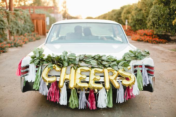 9. Bóng bay hình chữ cái sẽ giúp bạn truyền tải thông điệp tới những người đi đường. Bạn có thể trang trí thêm tua rua màu sắc, dải cây xanh để khiến vẻ ngoài của xe hoa thêm sống động, ấn tượng.