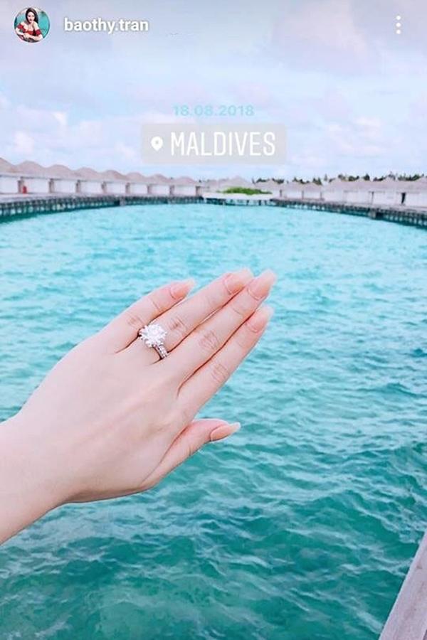 Trên trang cá nhân, Bảo Thy khoe chiếc nhẫn kim cương được đeo ở ngón tay áp út khiến nhiều người đặt nghi vấn cô sắp lên xe hoa.