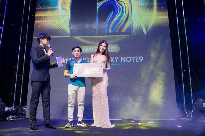 Người đẹp còn rút thăm và trao thưởng cho các khách hàng may mắn tham dự sự kiện siêu phẩm Samsung Galaxy Note9 cùng Samsung Gear S3, Gear Fit 2 Pro và Samsung U Flex.
