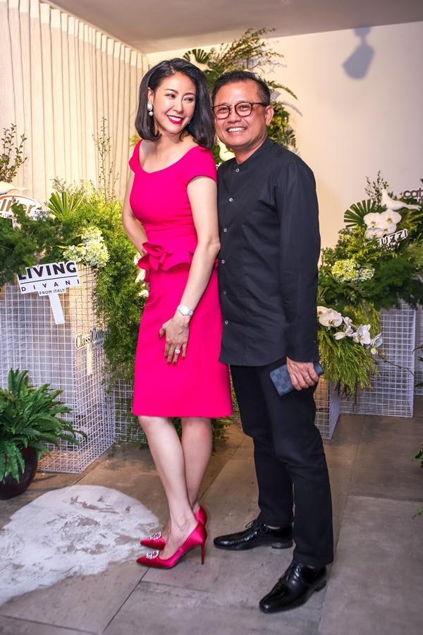 Hoa hậu Hà Kiều Anh và ông xã - doanh nhân Huỳnh Trung Nam sánh đôi cùng nhau tham gia một sự kiện tại TP HCM. Đây là lần hiếm hoi Hoa hậu Việt Nam 1992 xuất hiện cùng chồng trước công chúng. Ông xã của Hà Kiều Anh hiện hoạt động trong lĩnh vực kinh doanh bấtđộng sản.