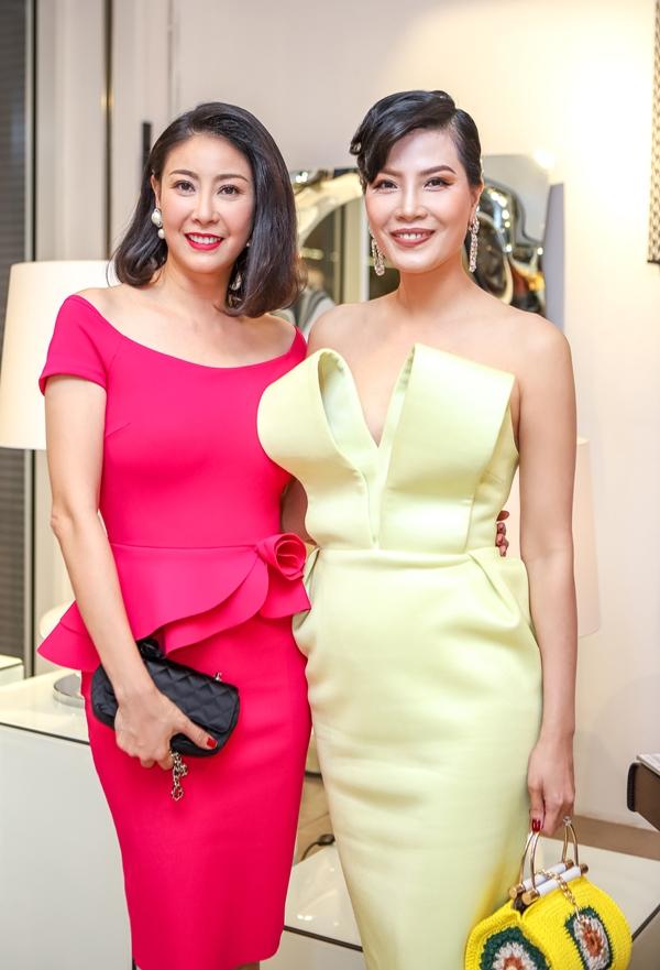 Siêu mẫu Vũ Cẩm Nhung (phải).