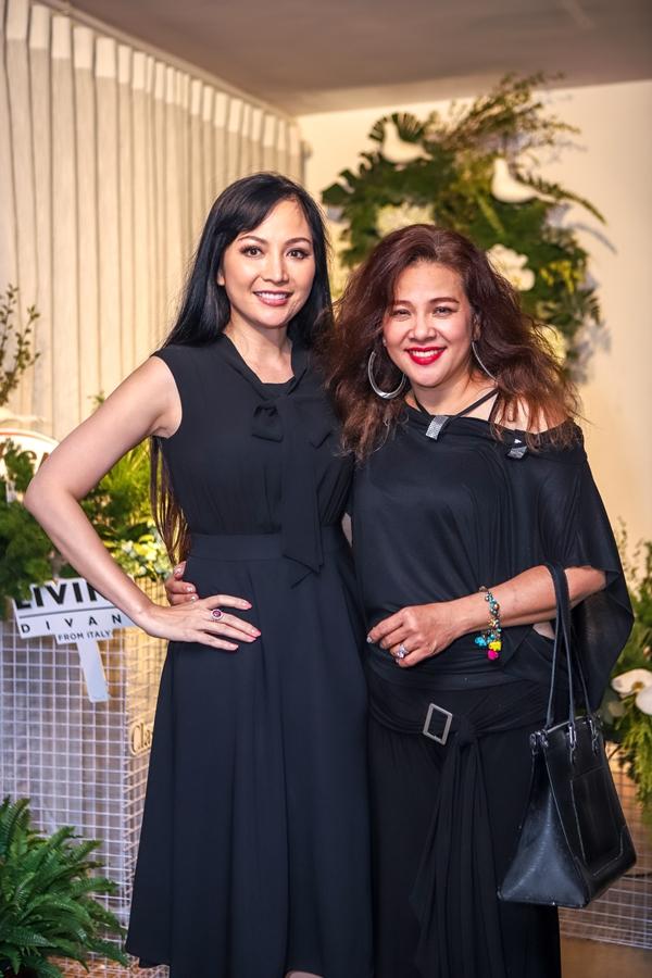 Hoa hậu Việt Nam 1996 - Thiên Nga (trái) đang trong kỳ nghỉ về thăm gia đình và tham gia hoạt động kỷ niệm 30 năm tổ chức Hoa hậu Việt Nam.