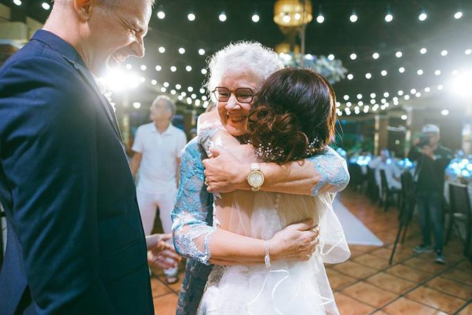 Nữ diễn viên ôm chặt mẹ chồng và bật khóc khi được bà gọi là My daughter.