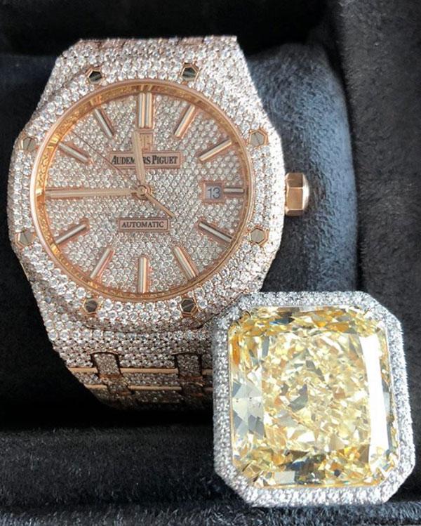Mayweather khoe cặp đồng hồ nhẫn siêu đắt. Ảnh: NS.