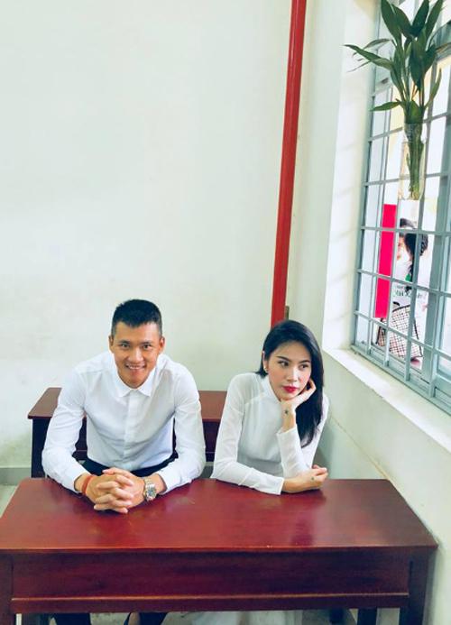 Ca sĩ Thủy Tiên dí dỏm bình luận về bức ảnh của hai vợ chồng: Đi học mà có cậu bạn thân, cứ ngồi kế gái đẹp là hớn hở, bực dễ sợ.