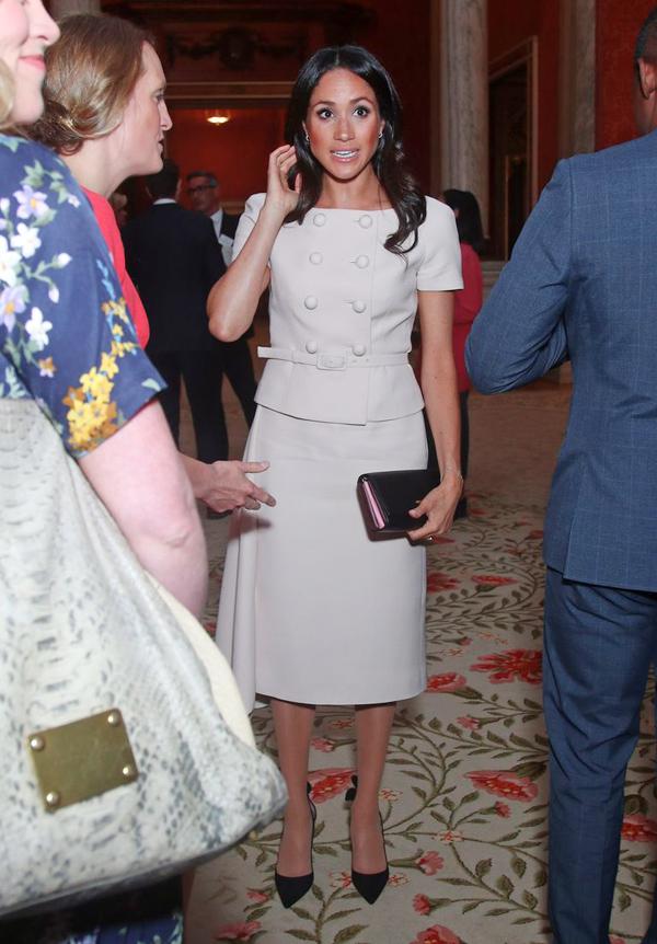 Bóc giá 3 set đồ Meghan Markle mặc khi dự sự kiện cùng Nữ hoàng - 2