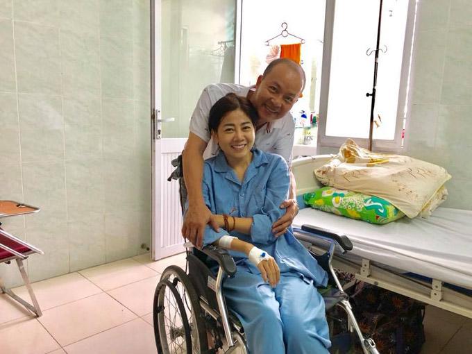 Hôm qua (20/8), rất đông các nghệ sĩ đã đến bệnh viện 175 TP HCM để thăm hỏi, động viên Mai Phương sau khi biết thông tin cô bị ung thư phổi. Nghệ sĩ Đức Hải chia sẻ rằng: Cô bé rất kiên cường.Cố lên em, mọi người rất yêu thương em.Thầy và anh Sơn mang thuốc của Nhật về cho em đây.