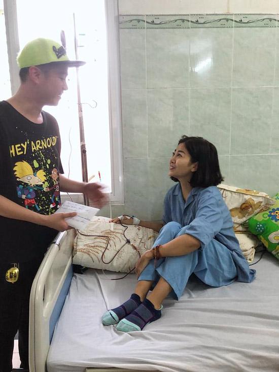 Chiều qua ca sĩ Nhật Tinh Anh cũng vào bệnh viên để thăm Mai Phương. Anh cùng những người bạn đã gửi đến nữ diễn viên số tiền 50triệu đồng để giúp cô có thêm chi phí chữa bệnh.