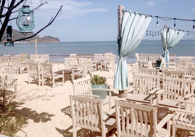 Surf bar là một trong những quán bar ngay bên bãi biển đầu tiên tại Việt Nam.