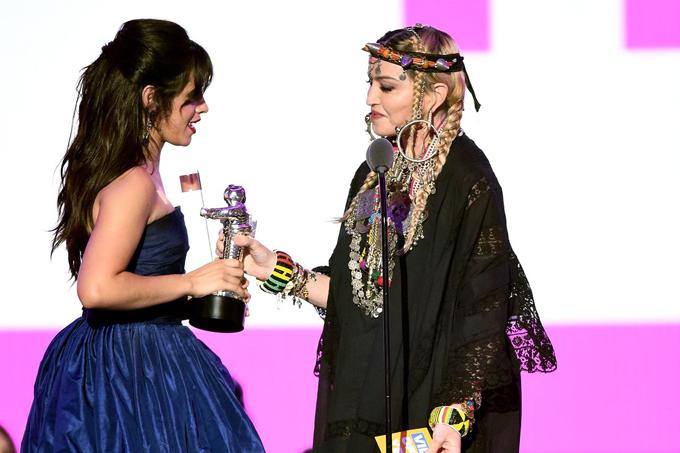 Madonna trao giải cho Camila Cabello.