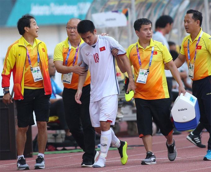 Hùng Dũng rời sân trong trận đấu gặp Nhật Bản. Ảnh: Đức Đồng.