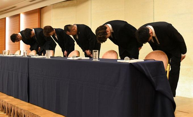 Các tuyển thủ Nhật cúi đầu xin lỗi. Ảnh: AP.