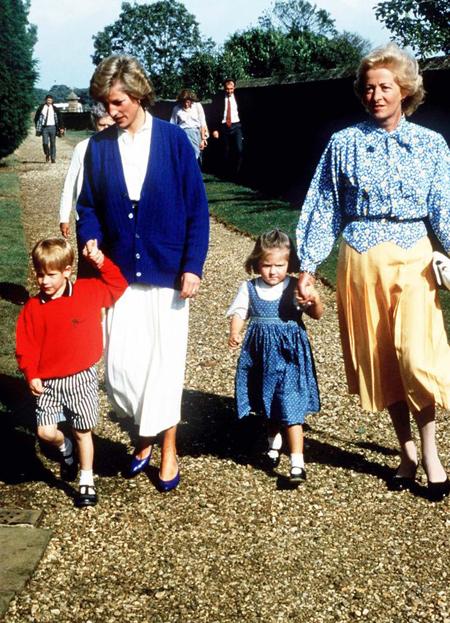 Bà Frances xuất hiện trong một sự kiện cùng con gái Diana và cháu ngoạiWilliam. Ảnh: Hulton Archive.