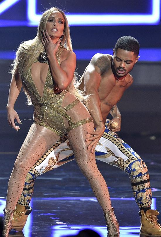 J.Lo thay tới 6 trang phục và biểu diễn một loạt ca khúc hit của cô như On the Floor, Dance Again, Aint Your Mama, Booty...