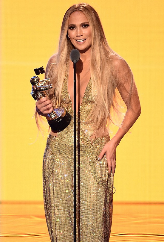Nữ ca sĩ sau đó nhận giải thưởng Michael Jackson Vanguard Award - vinh danh những cống hiến của cô trong sự nghiệp âm nhạc.