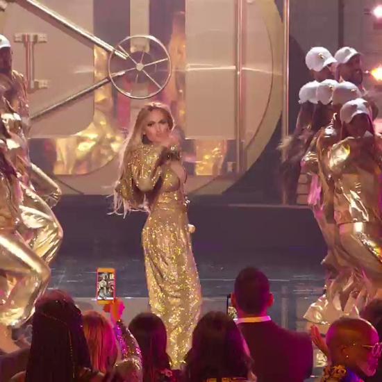 Trong buổi lễ, Jennifer trình diễn liên khúc dài tới 10 phút. Alex ngồi ở hàng ghế đầu (bên phải), cầm điện thoại quay lại màn trình diễn của J.Lo.