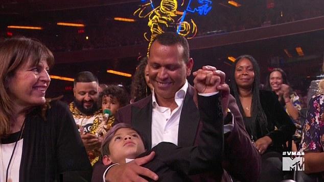 Ngôi sao bóng chày ôm cậu con trai riêng của Jennifer - bé Max 10 tuổi.