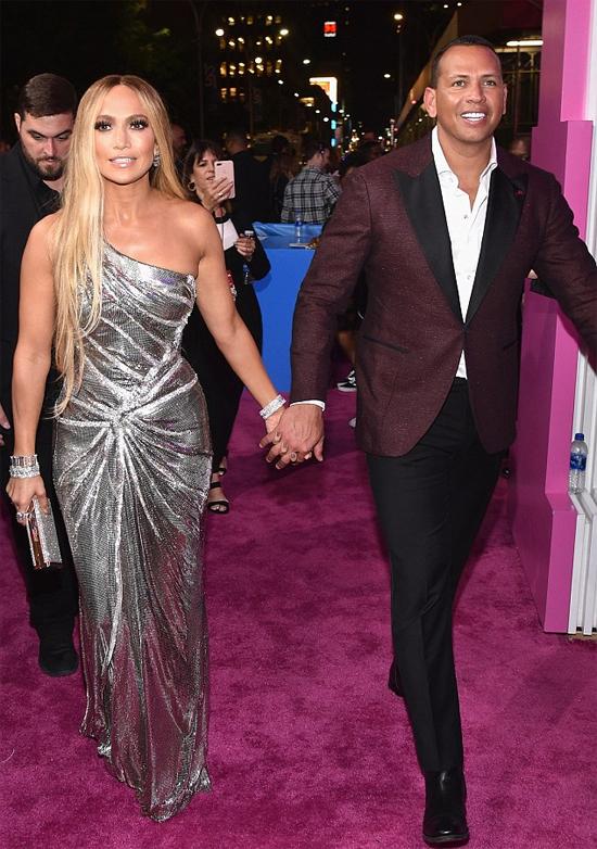 Tại lễ trao giải MTV Video Music Awards tối 20/8 ở New York, Jennifer Lopez đến tham dự cùng bạn trai là ngôi sao bóng chày Alex Rodriguez.