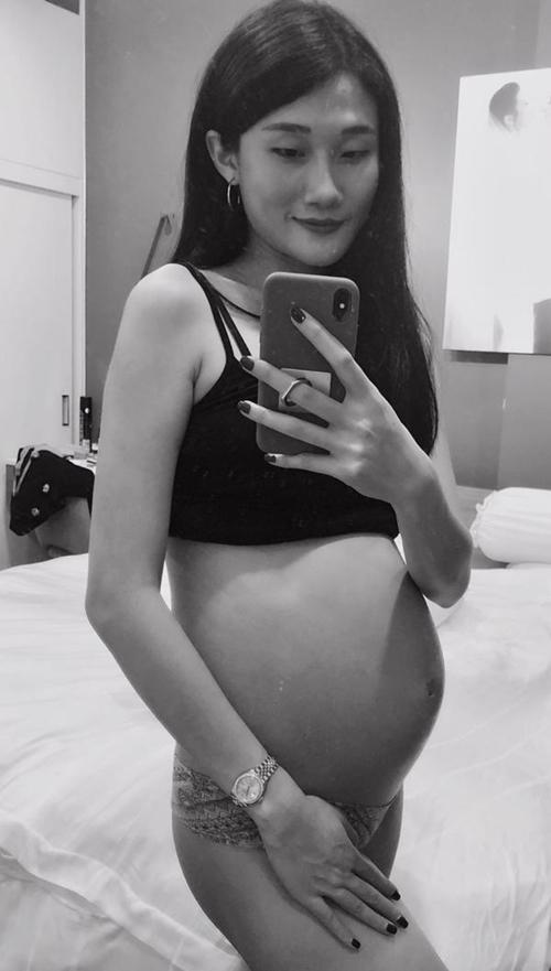 Kha Mỹ Vân khoe bụng nhọn hoắt lúc mang bầu.