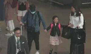 Con gái nhỏ 'nhảy chân sáo' vui mừng khi Lưu Đức Hoa đến đón